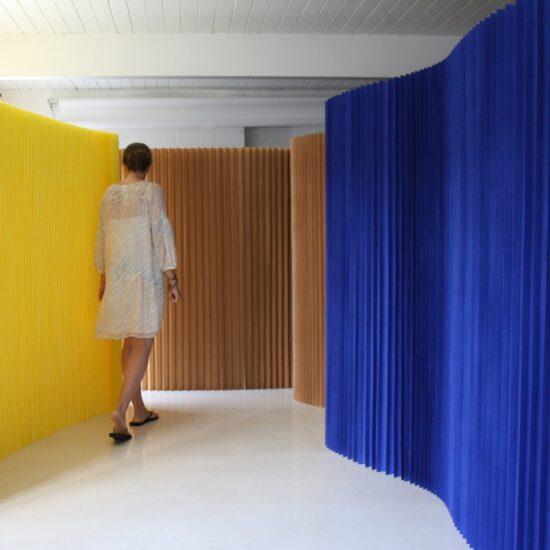 Softwall 1830 bruin indigo blauw geel molo design art4elements scheidingswanden custom kleuren huren kamerschermen kopen beursstand ontwerp kantoor inrichting